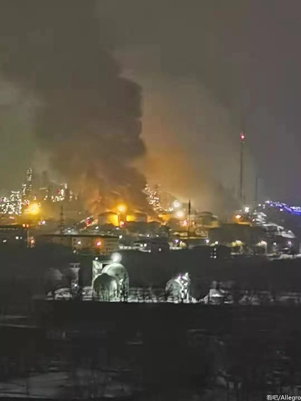 辽宁抚顺石油二厂起火漆黑的夜空被烈火映的亮如白昼